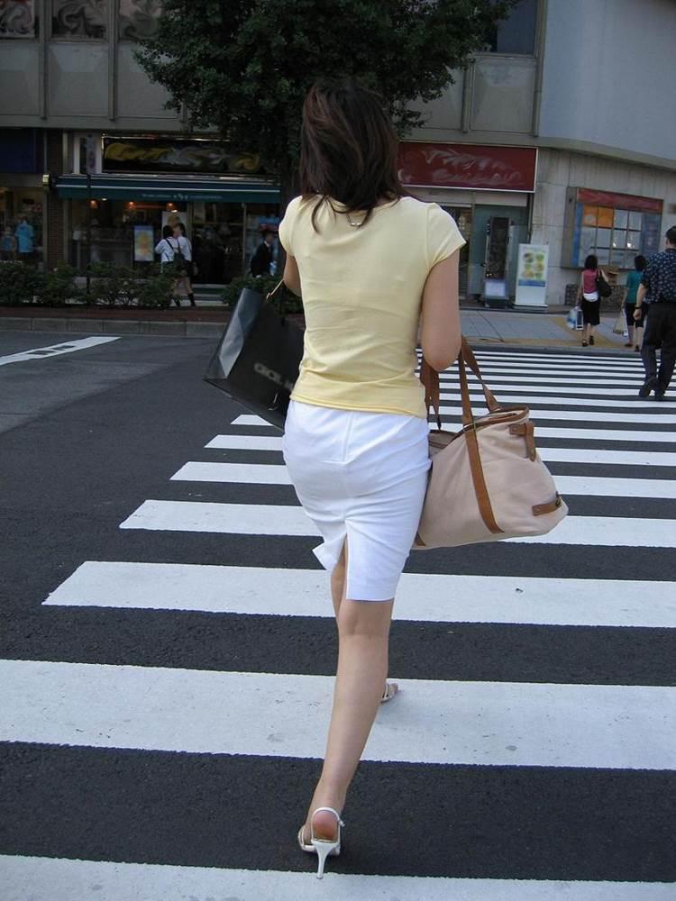 パンティラインが透けるように白を履く淫乱OL画像9枚目