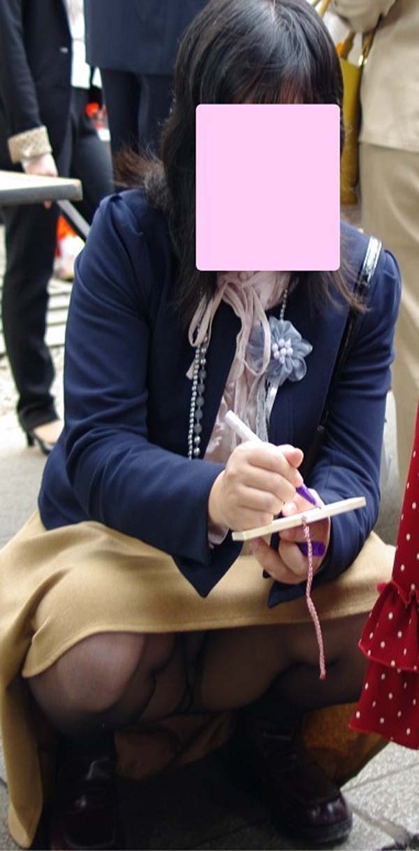 花見で盗撮された三角パンストパンチラOLエロ画像4枚目