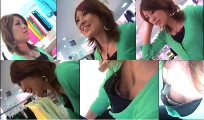 無防備なデパート店員さんの胸チラ盗撮エロ画像7枚目