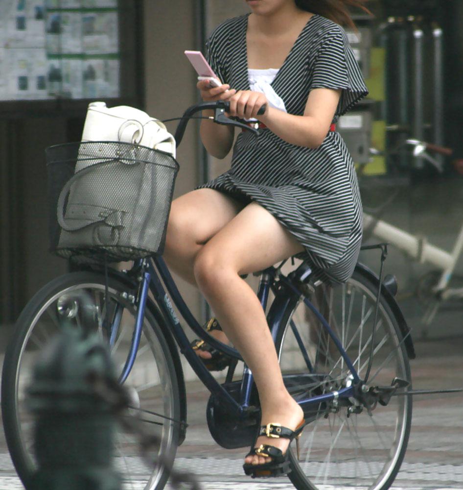 三角パンチラが見えそうな自転車OL盗撮エロ画像3枚目