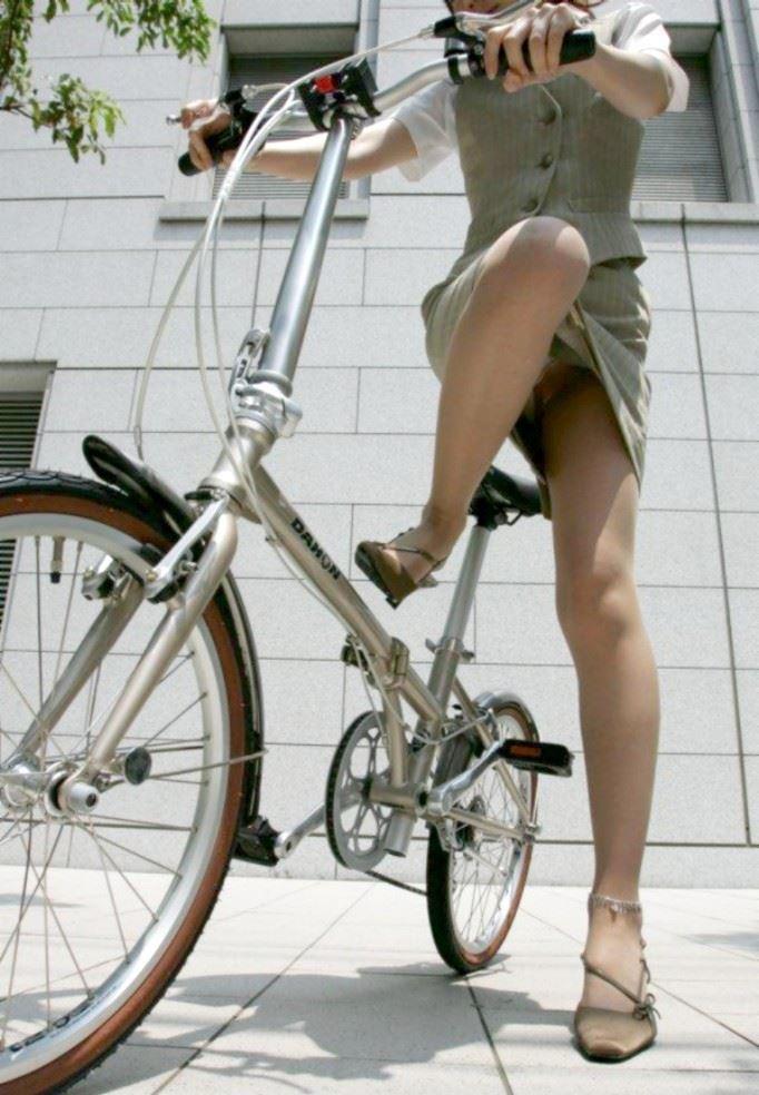 三角パンチラが見えそうな自転車OL盗撮エロ画像10枚目