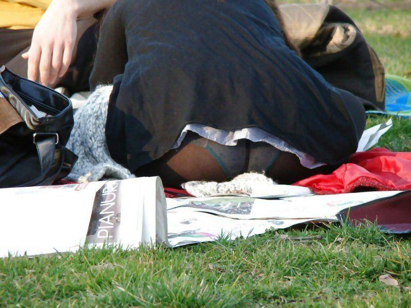 芝生でお花見しているOLのパンストパンチラ画像1枚目