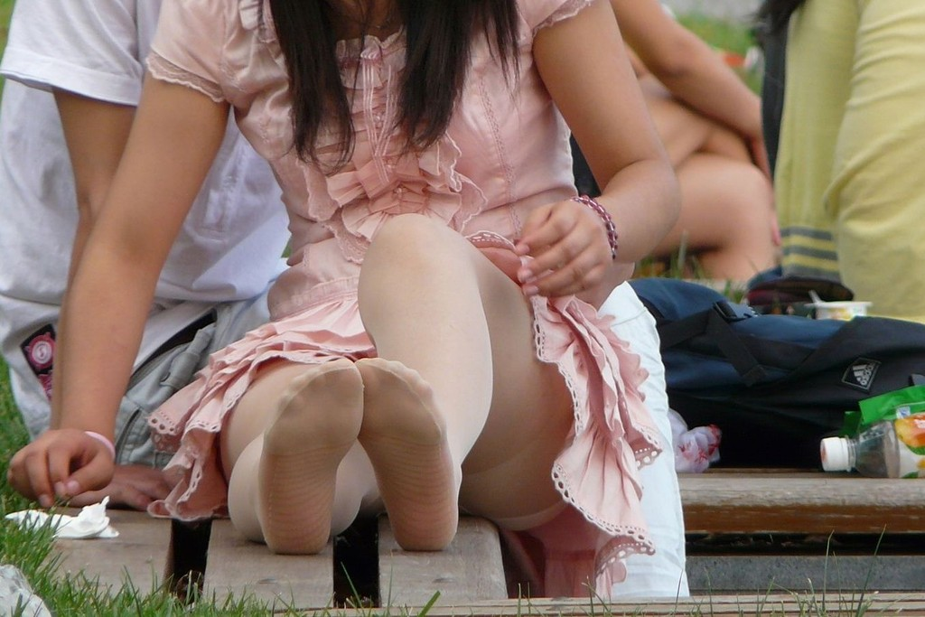 芝生でお花見しているOLのパンストパンチラ画像15枚目