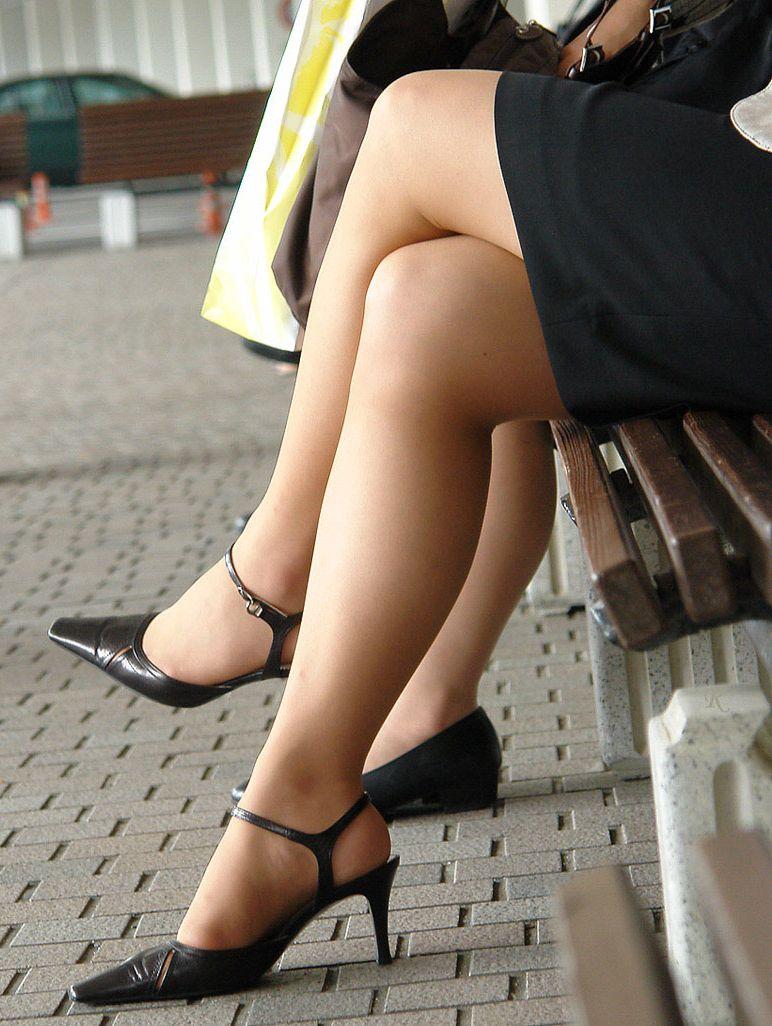 タイトスカートOLの美脚膝下ハイヒールエロ画像1枚目