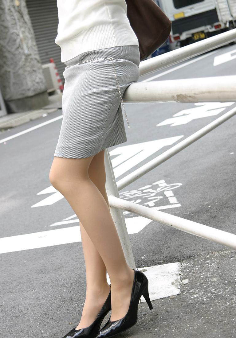 タイトスカートOLの美脚膝下ハイヒールエロ画像7枚目