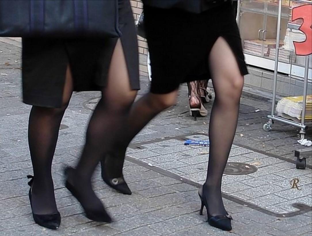 タイトスカートOLの美脚膝下ハイヒールエロ画像9枚目
