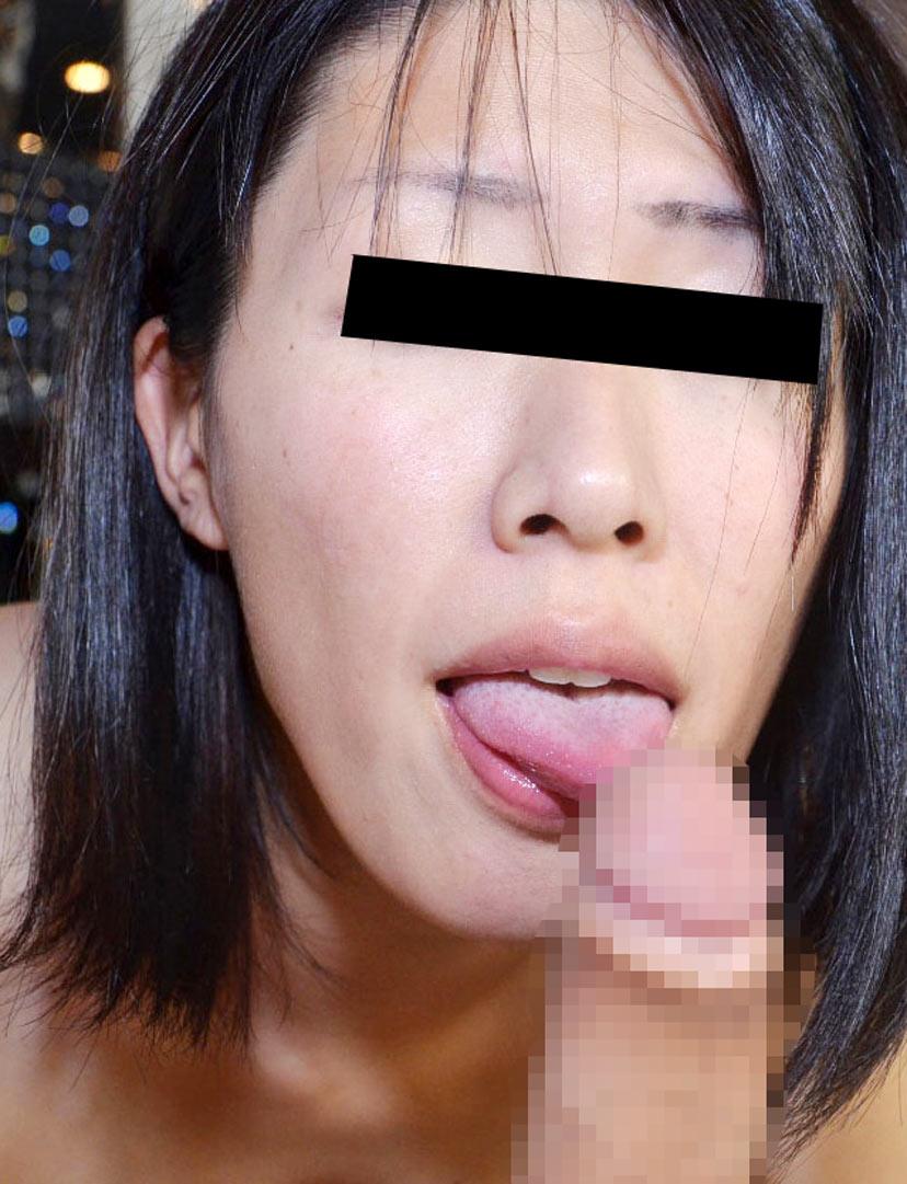 喉奥まで丁寧にフェラチオをするOLのエロ画像4枚目