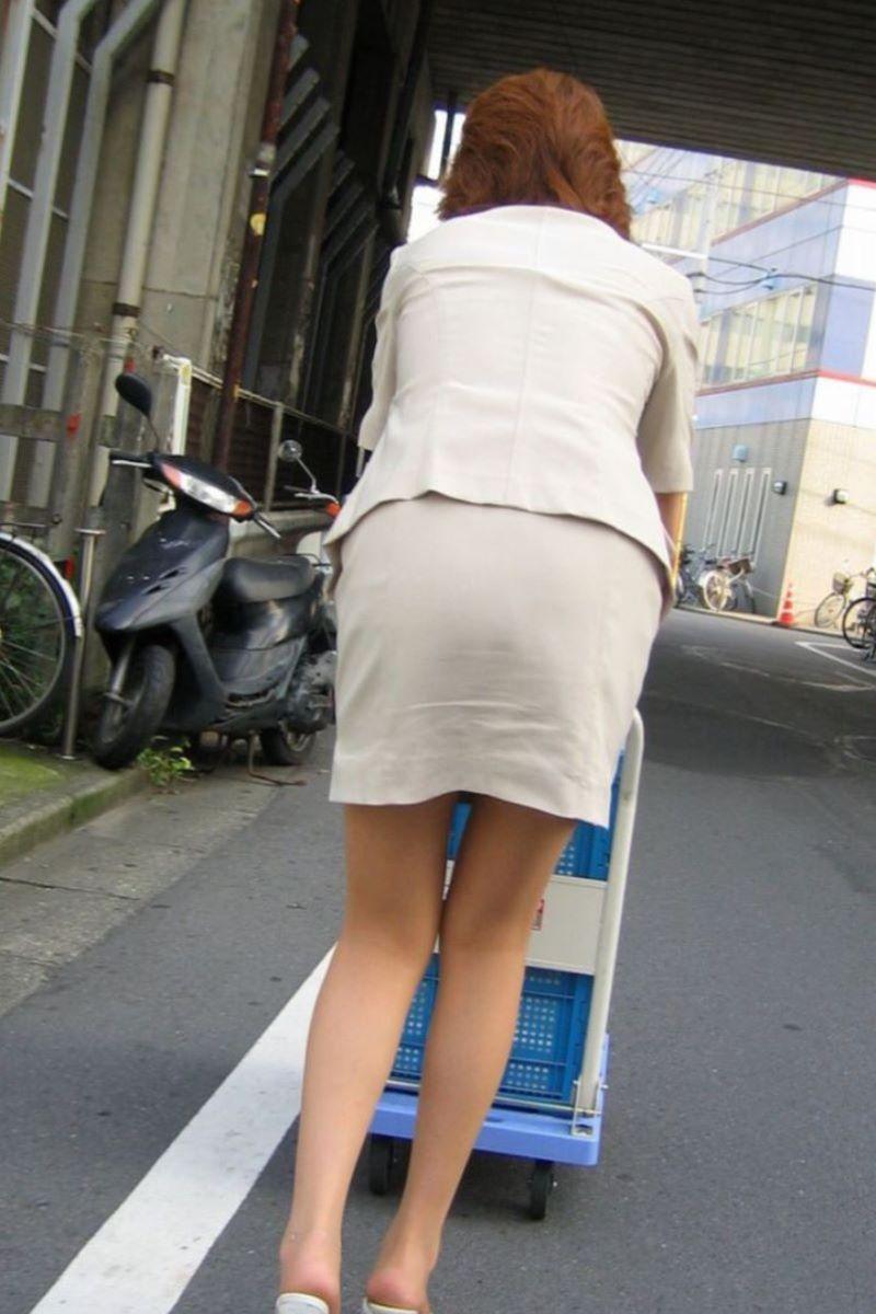 無防備なタイトスカートOLを付け回し盗撮エロ画像3枚目