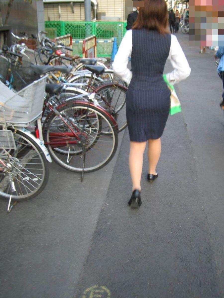 無防備なタイトスカートOLを付け回し盗撮エロ画像9枚目