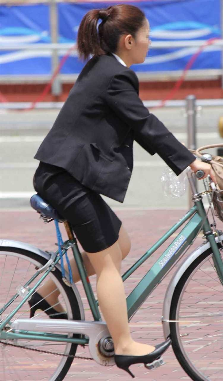 美脚タイトスカート三角の自転車OL盗撮エロ画像9枚目
