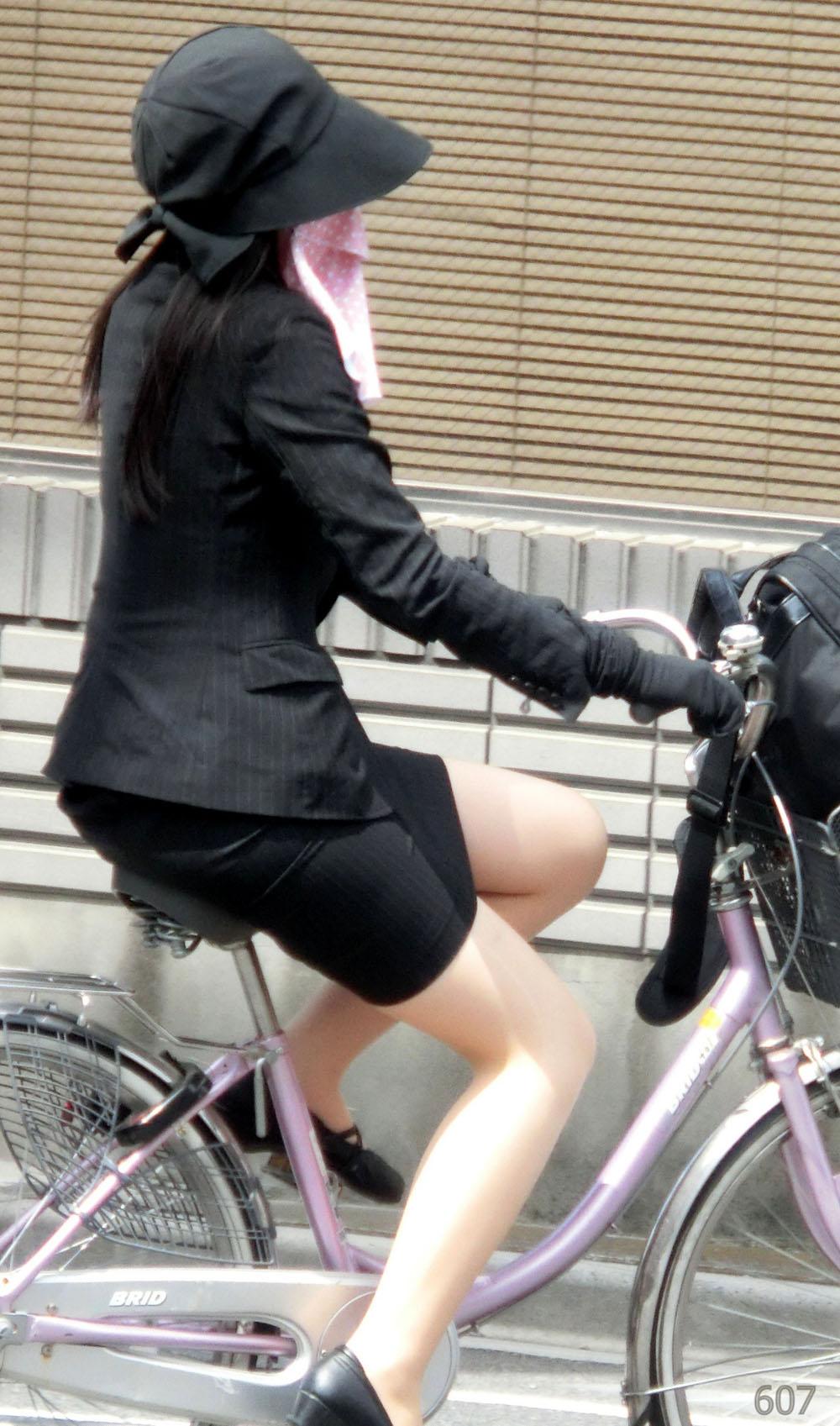 美脚タイトスカート三角の自転車OL盗撮エロ画像14枚目