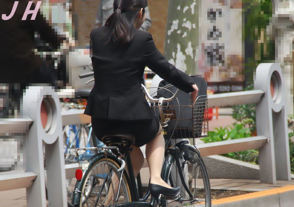 美脚タイトスカート三角の自転車OL盗撮エロ画像15枚目