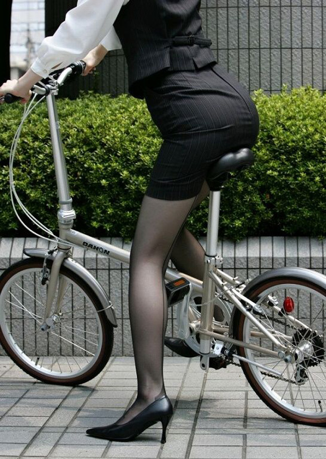 まんまと三角パンチラした自転車OL盗撮エロ画像6枚目