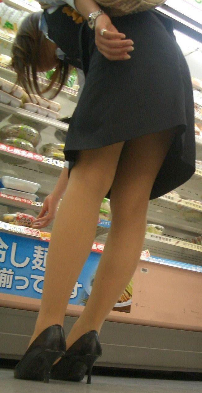 人妻OLが無防備を晒したタイトスカート三角エロ画像8枚目