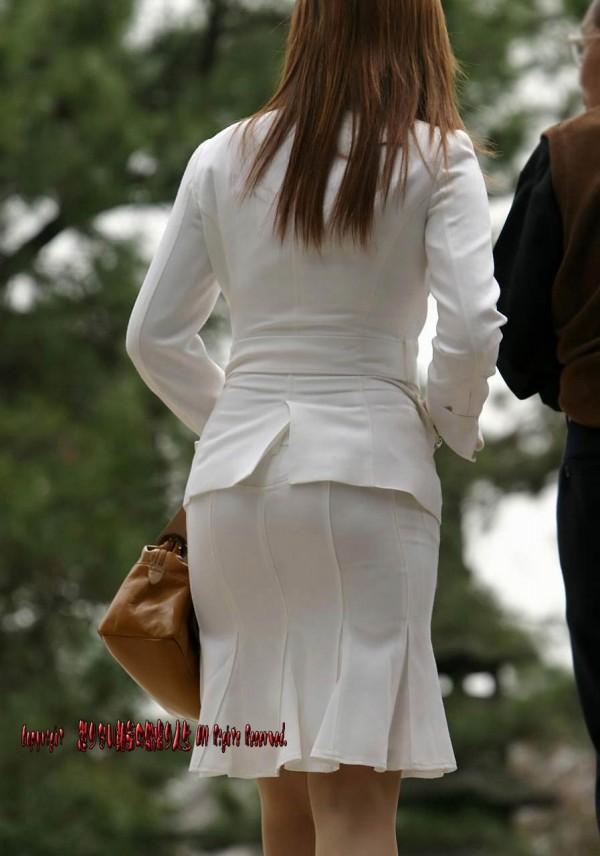 人妻OLが無防備を晒したタイトスカート三角エロ画像14枚目