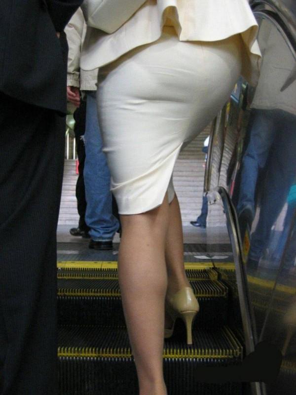 人妻OLが無防備を晒したタイトスカート三角エロ画像15枚目