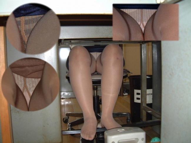 寝坊し電車でメイクするOLの対面三角パンチラ画像15枚目