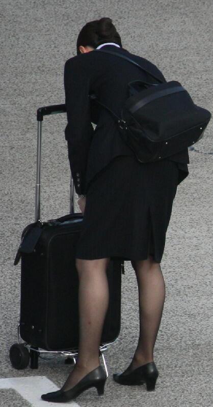 出発ロビーで待機する黒パンストCAの盗撮エロ画像12枚目