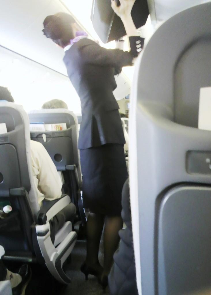 出発ロビーで待機する黒パンストCAの盗撮エロ画像14枚目