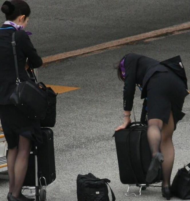 出発ロビーで待機する黒パンストCAの盗撮エロ画像15枚目