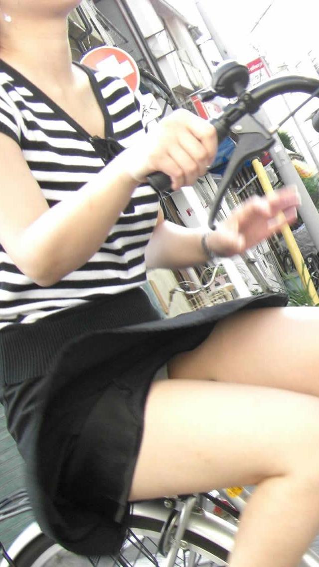 自転車通勤中の私服OLのパンチラ盗撮エロ画像1枚目