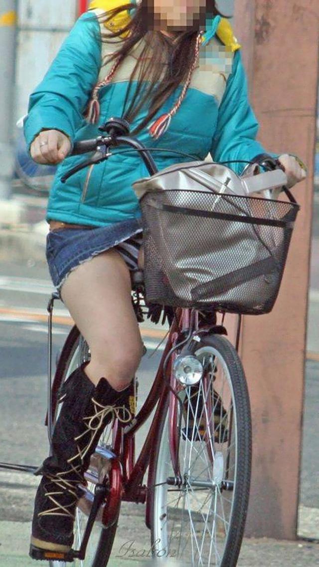 自転車通勤中の私服OLのパンチラ盗撮エロ画像8枚目