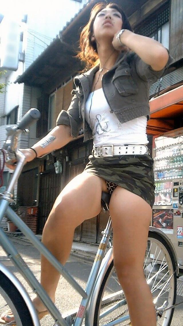 自転車通勤中の私服OLのパンチラ盗撮エロ画像11枚目