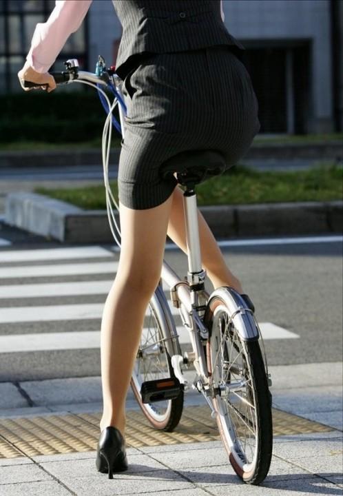 自転車通勤中の私服OLのパンチラ盗撮エロ画像14枚目