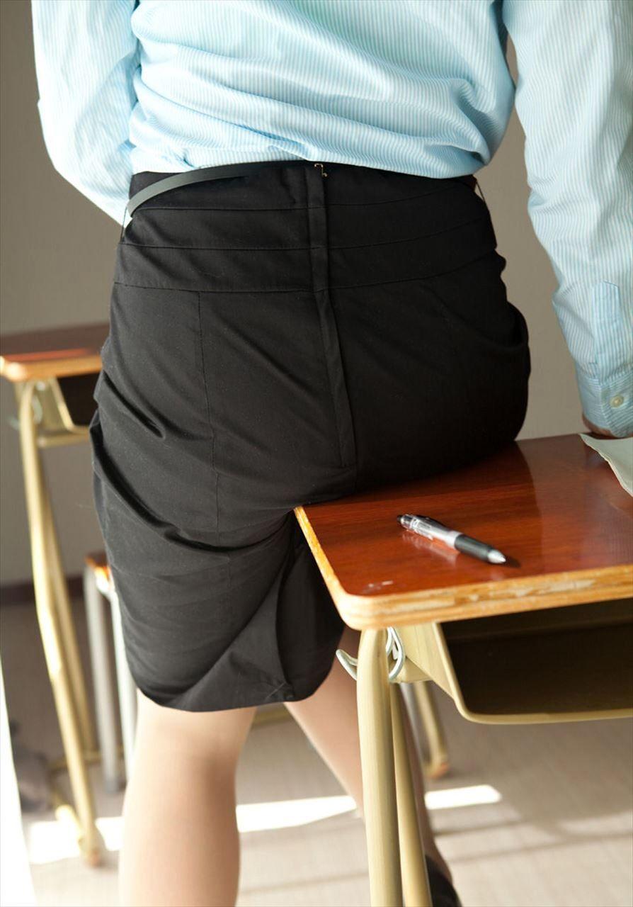 机に巨尻とタイトスカートを押し付ける女教師画像1枚目