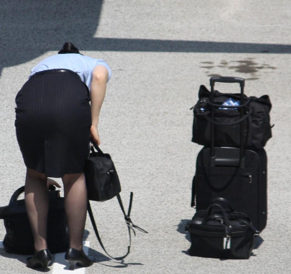 前かがみになったCAの巨尻タイトスカート盗撮画像1枚目