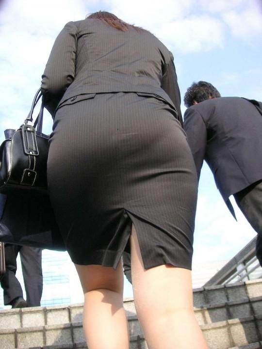 OLのタイトスカートや巨尻を盗撮したエロ画像1枚目