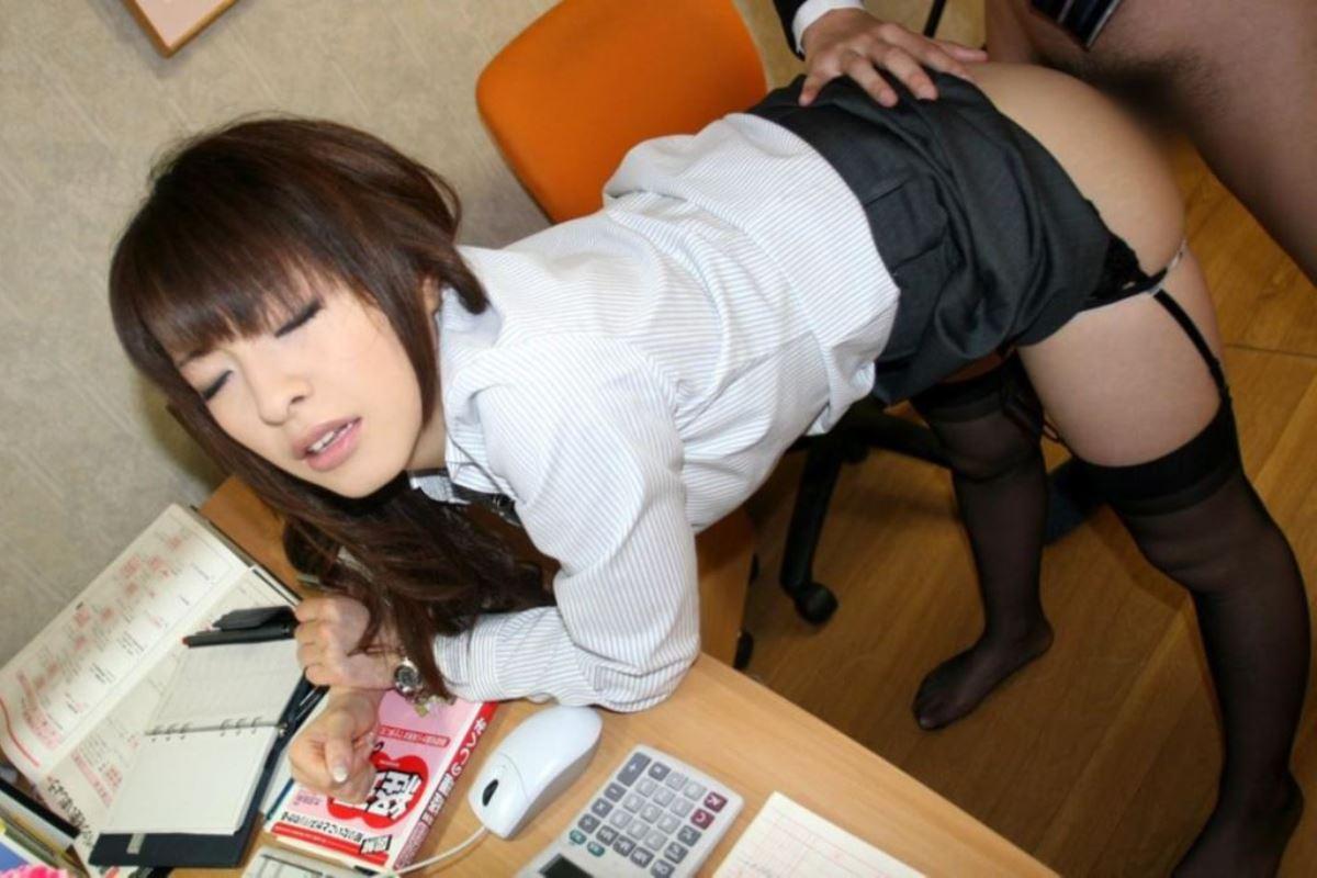 会社内でSEXをしているのにアクメする着衣OL画像11枚目