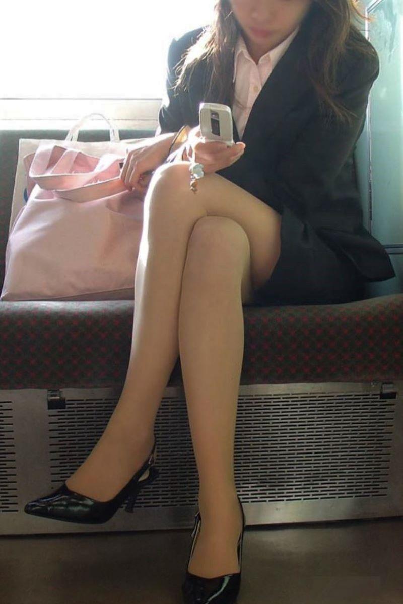 自販機で巨尻を突き出すタイトスカートOLエロ画像3枚目