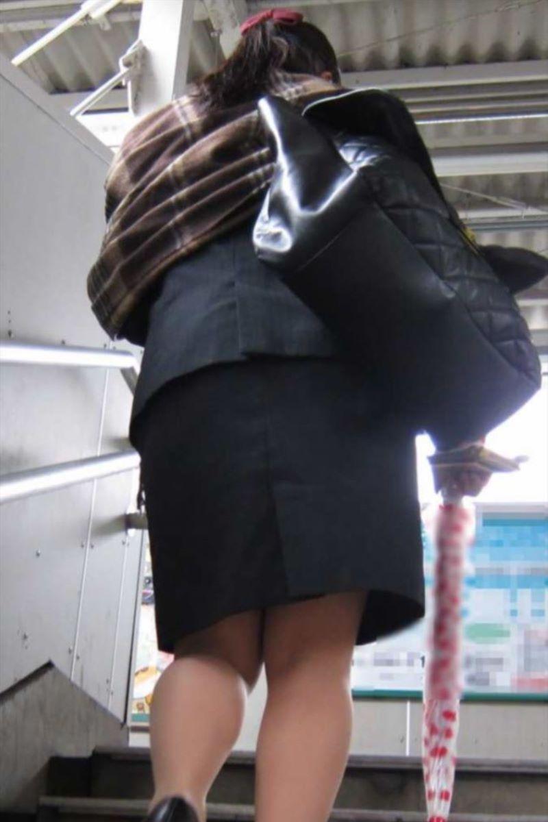 自販機で巨尻を突き出すタイトスカートOLエロ画像4枚目