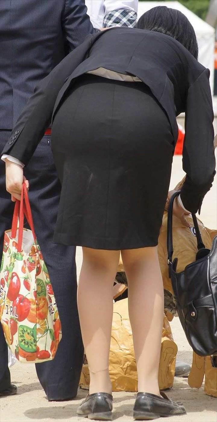 自販機で巨尻を突き出すタイトスカートOLエロ画像8枚目