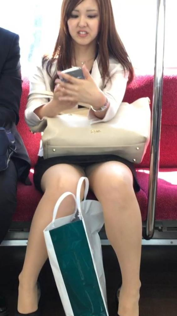 私服の素人OLの対面電車三角パンチラ盗撮エロ画像11枚目