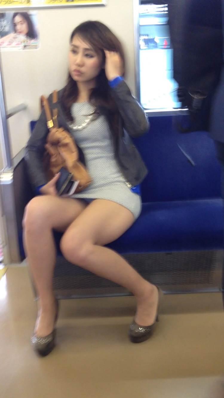 私服の素人OLの対面電車三角パンチラ盗撮エロ画像16枚目