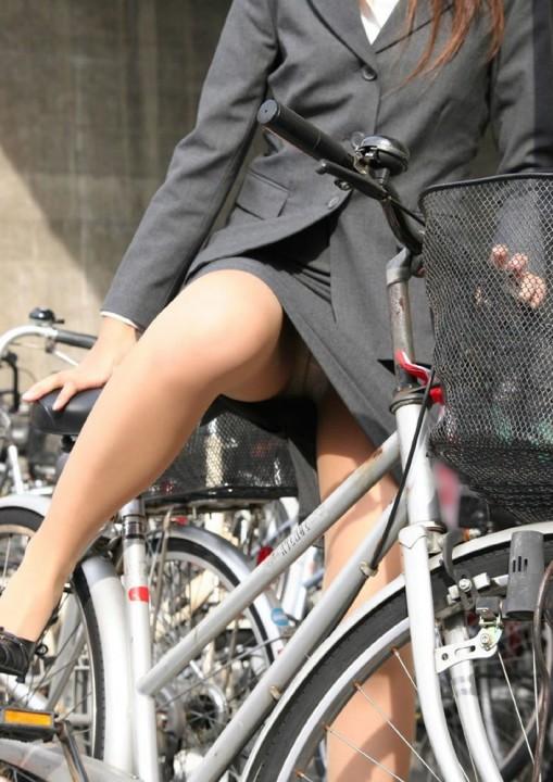 スーツがタイトミニすぎる自転車OLのエロ画像8枚目