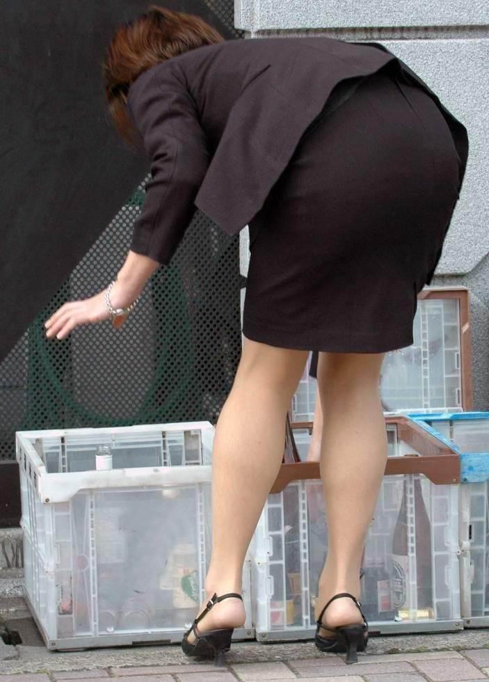 谷間もタイトスカートも無防備なOLの盗撮エロ画像14枚目