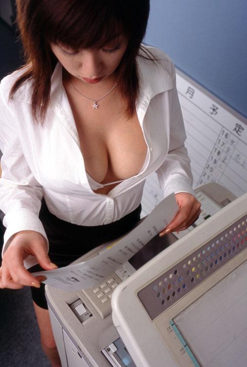 第二ボタンまでブラウスを開け谷間誘惑するOL画像2枚目