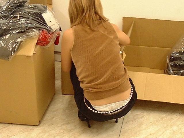 デパート店員OLのミニスカ逆さパンチラ盗撮画像8枚目