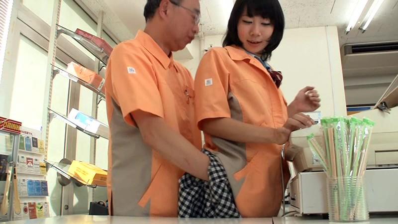 コンビニバイト店員がコンビニ内で店長とSEX画像14枚目