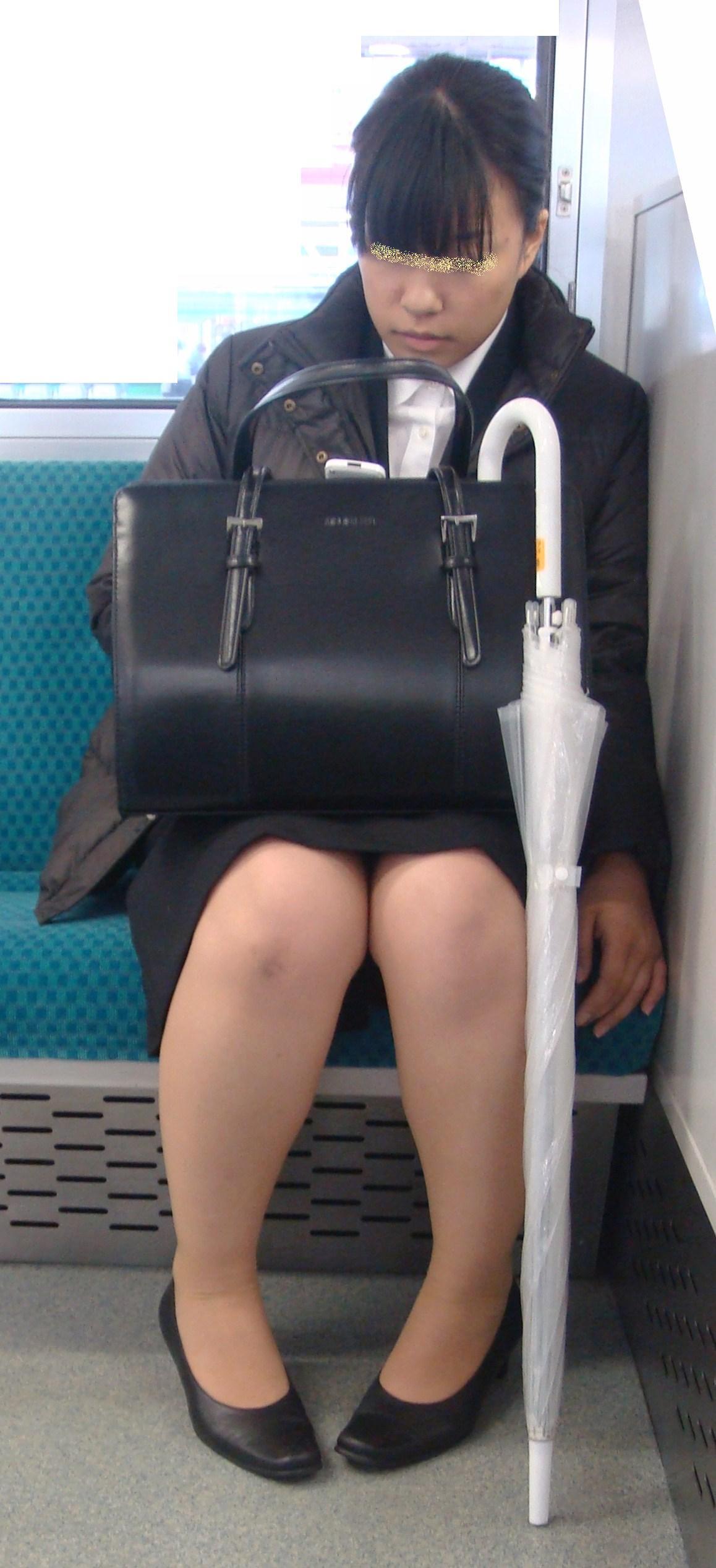 社会人になった新卒リクスーOLの電車内盗撮画像7枚目
