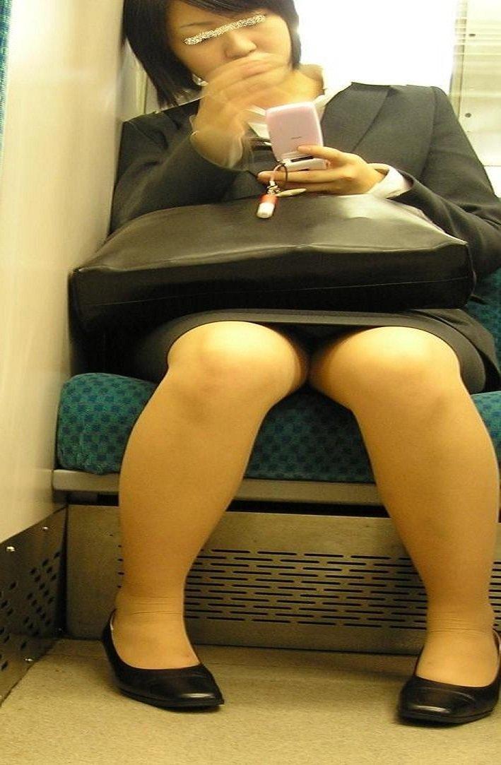 社会人になった新卒リクスーOLの電車内盗撮画像8枚目
