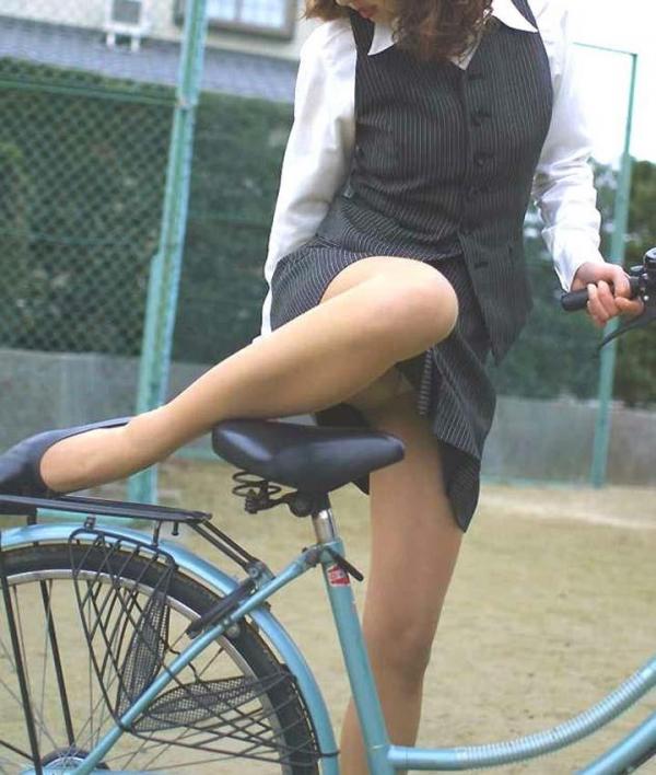 漕ぐ度にタイトミニがめくれ上がる自転車OL画像6枚目