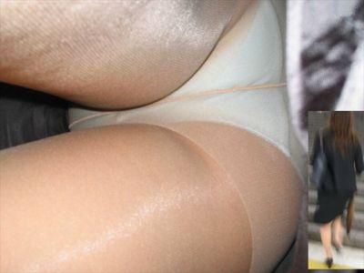 狙われたOL達の逆さタイトスカート盗撮エロ画像9枚目