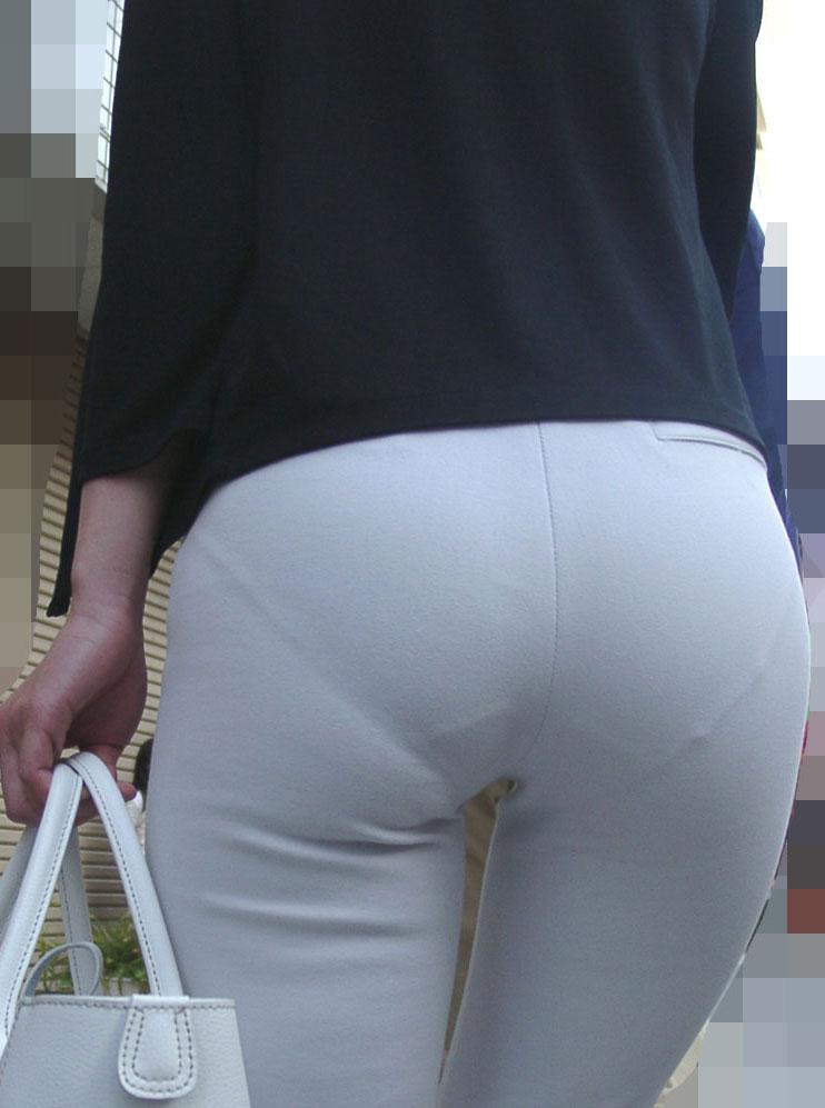 眼前に迫る巨尻OLのタイトスカート盗撮エロ画像3枚目