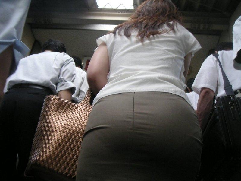 眼前に迫る巨尻OLのタイトスカート盗撮エロ画像6枚目
