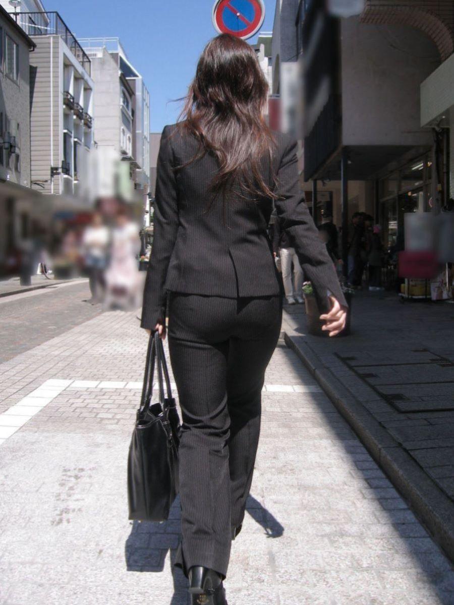 眼前に迫る巨尻OLのタイトスカート盗撮エロ画像12枚目