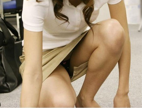 OLタイトスカートのしゃがみ三角パンストエロ画像10枚目